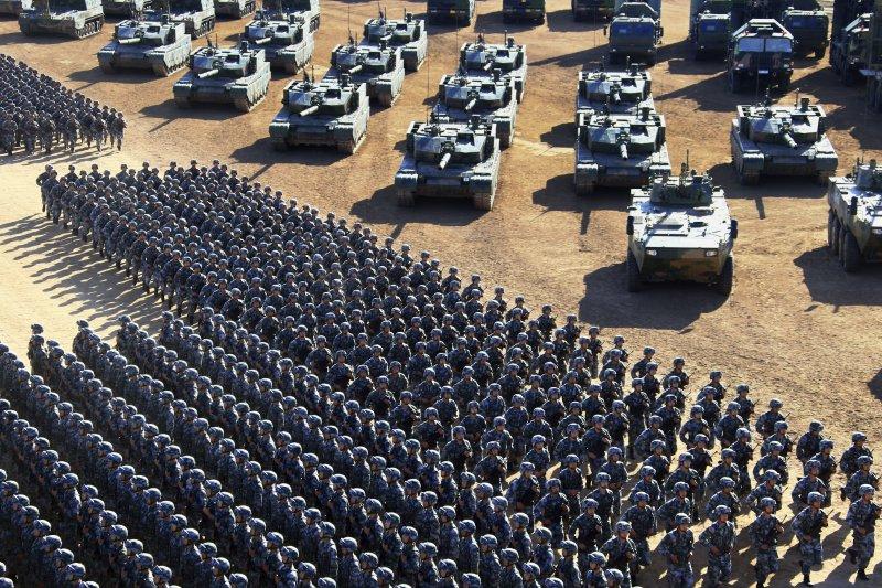 2017年7月30日,中國人民解放軍為慶祝建軍90周年,在內蒙古朱日和基地舉行大閱兵(AP)