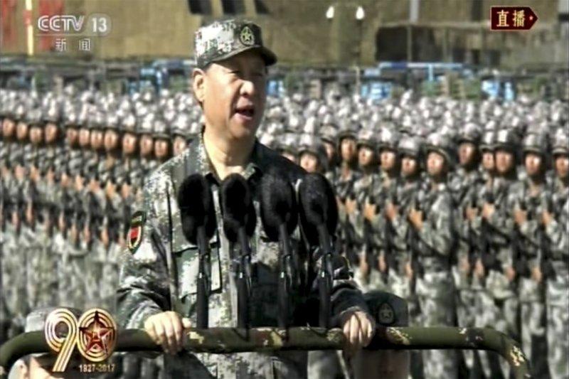 中國不只運用武力威嚇台灣,還挖走台灣友邦,逼航空業改名,種種打壓使奧地利《新聞報》刊登挺台文章。圖為習近平主持中國人民解放軍建軍90周年閱兵。(AP)