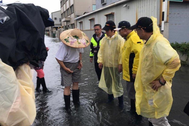 因為颱風假被罵翻的台南市長賴清德(右三),前往仁德淹水災區視察。(賴清德臉書)