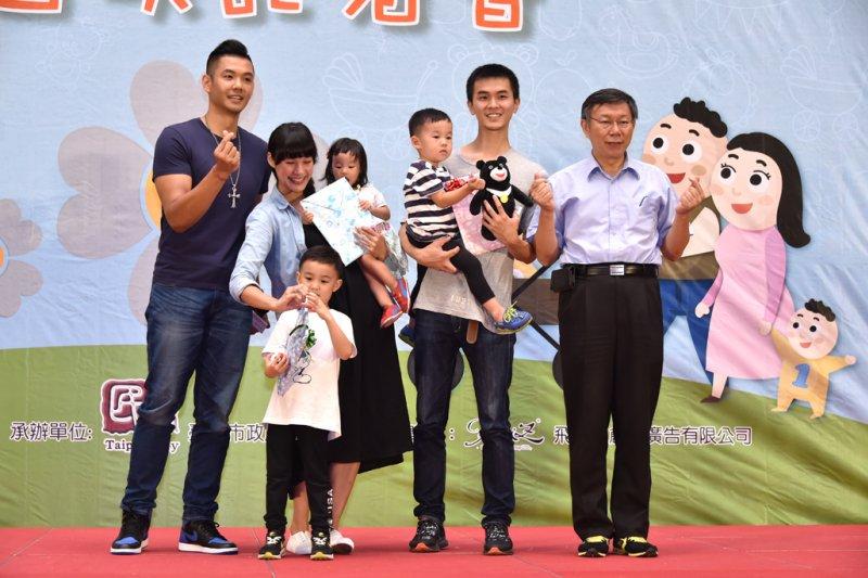 台北市長柯文哲(右一)與藝人陳建州(左一)出席106年人口政策宣導影片首播記者會,鼓勵年輕父母多生一胎 。(臺北市政府秘書處提供)
