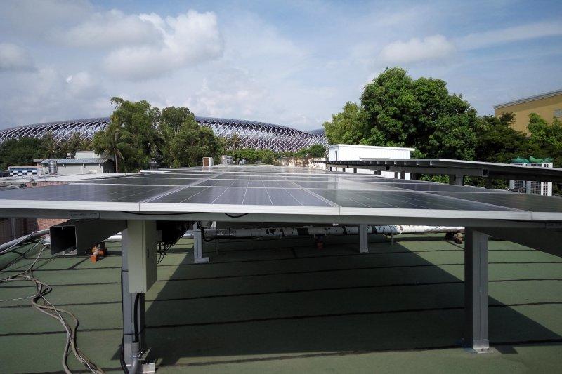 太陽能板可發電又隔熱 。(財團法人台灣綠色生產力基金會提供)