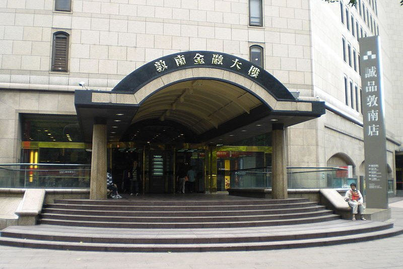 敦南誠品是少數24小時營業的書店,外國旅客都會來此朝聖。(圖/維基百科)