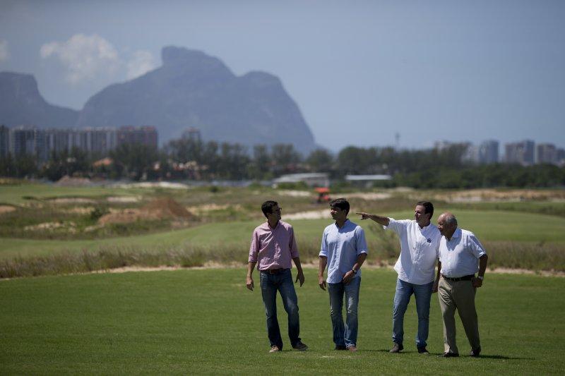 巴西里約奧運1周年:2015年,時任里約市長帕埃斯(Eduardo Paes)(右2)視察奧運高爾夫球場(AP)