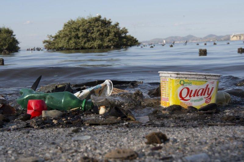 巴西里約奧運1周年:充滿垃圾的瓜納巴拉灣(Guanabara bay)(AP)