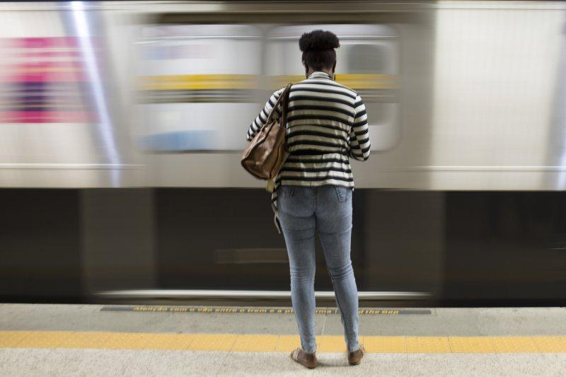 巴西里約奧運1周年:在里約的地鐵站等待地鐵的乘客(AP)