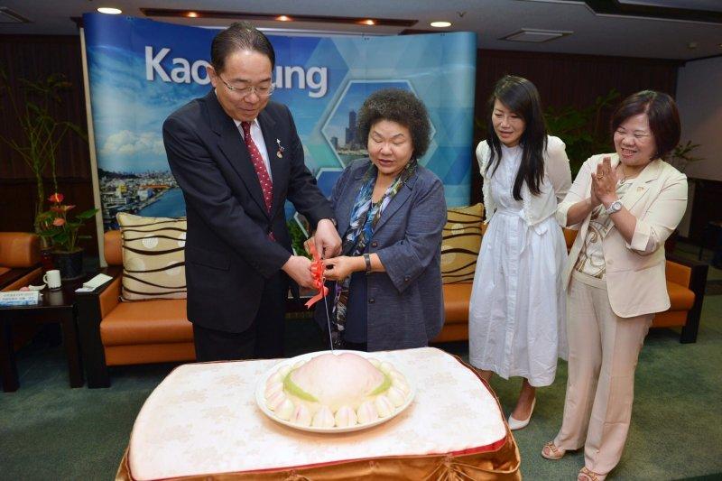 陳菊與後藤知事一起切開市府特別訂製、為知事慶生的母子壽桃。(圖/高雄市秘書處提供)