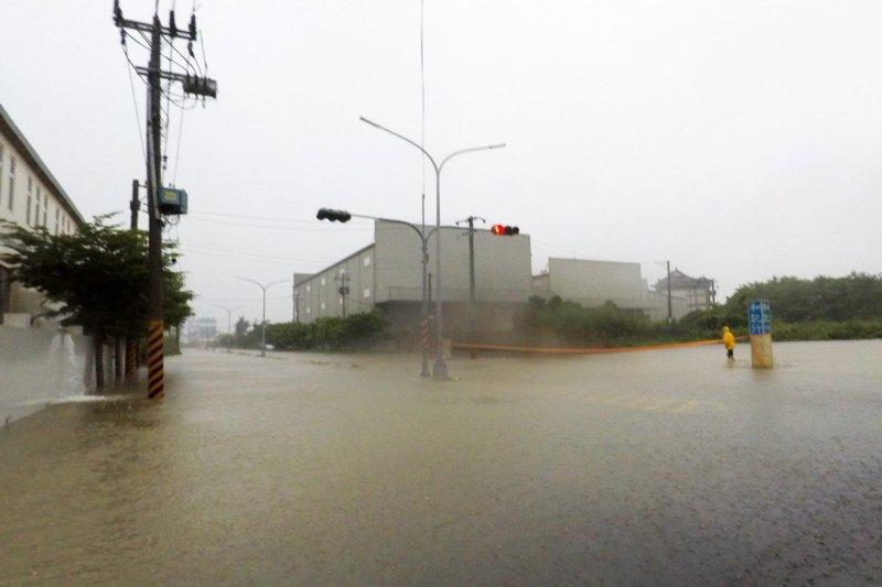 台南學甲工業區淹水情況嚴重。(取自台南諸事會社)