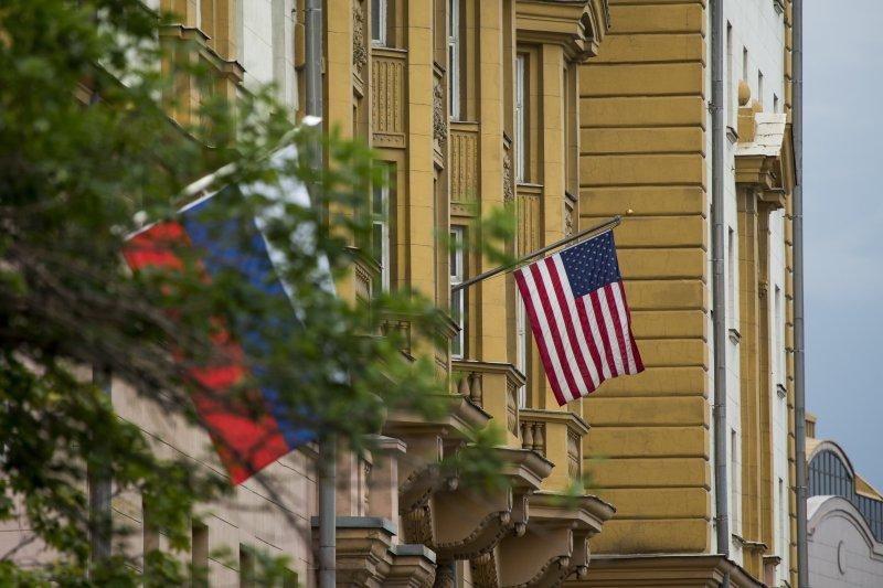 俄羅斯反擊美國新制裁:美國駐俄羅斯大使館外懸掛的美俄國旗(AP)