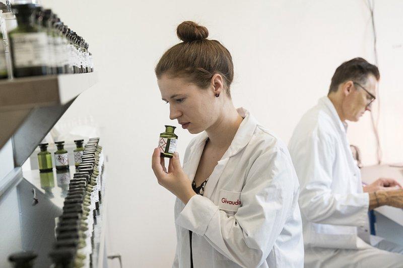 倫敦的Somerest House的香水展,邀請調香師帶領民眾認識香水。(圖/Somerest House官網)