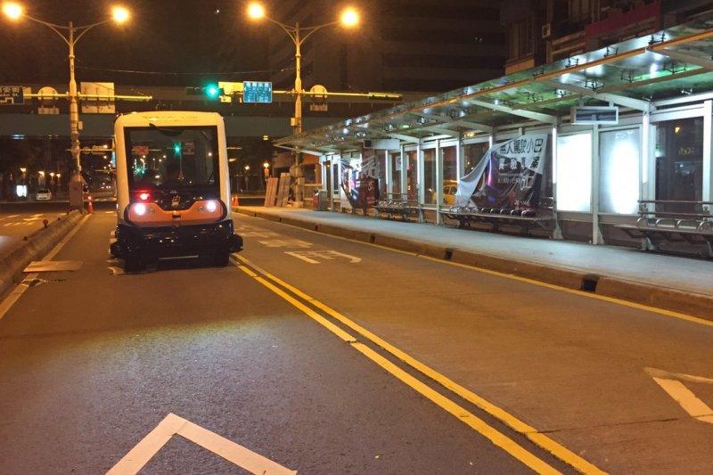 台北市推行無人車自動駕駛小巴,於1日凌晨1時至4時於台北市信義路公車專用道進行實驗測試,首日運行順利,將進行為期5天的測試。( 取自北市府網站)