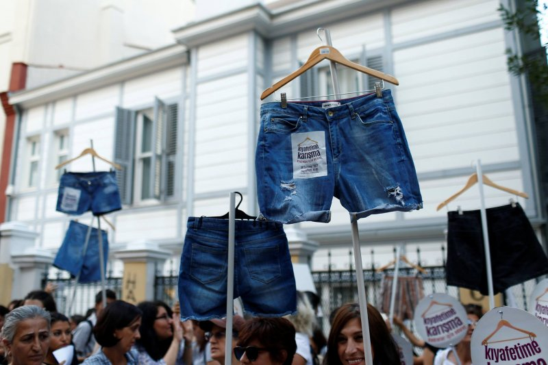 圖中的短褲以台灣的標準來看,幾乎是最保守的短褲,然而這種穿著卻讓土國婦女遭到男性騷擾與施暴。(圖/ Global Times@facebook)