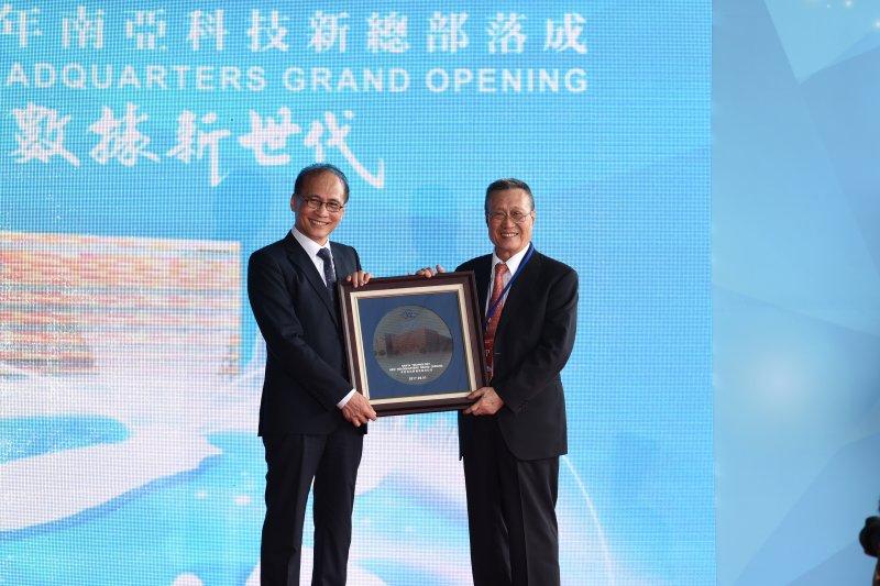 行政院長林全1日上午出席南亞科技新總部落成啟用典禮,期許台灣DRAM產業仍然能有一片天地,維持下去,甚至有更上一層樓的機會。(行政院提供)