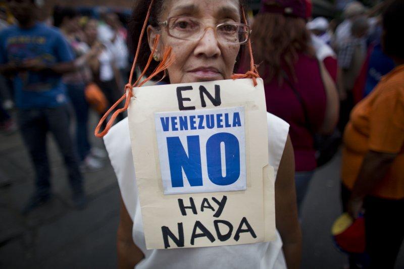 反政府示威民眾拿著標語「委內瑞拉已一無所有」。(美聯社)