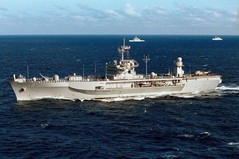 「台灣能不能獨立建國或會不會獨立建國的問題。首先我們必須自問,台灣可否有足夠的能力在對抗中國之餘,還能完全脫離美國在政治、軍事與經濟上的支持而獨立生存 ?如果答案是不行,那麼台灣毫無選擇的必須成為美國對中戰略的必要且關鍵成員。」圖為美軍第七艦隊旗艦「藍嶺號」。(資料照,取自維基百科)