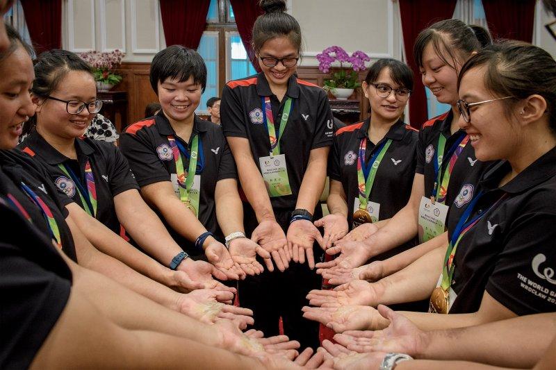 台灣拔河女子代表隊參加世界運動會,成功力退強敵中國奪下金牌,並達成世運會拔河4連霸的成就,總統蔡英文2日接見代表隊時也表示,她們手中的厚繭比金牌更耀眼。(取自蔡英文臉書)