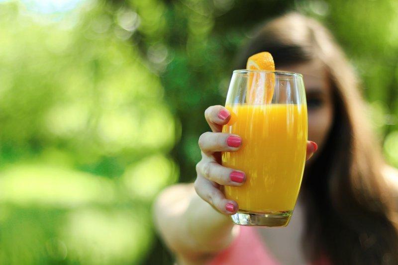 果汁不等於水果,若天氣熱口渴要喝果汁,應選擇100%純果汁。(圖/JESHOOTS@pixabay )