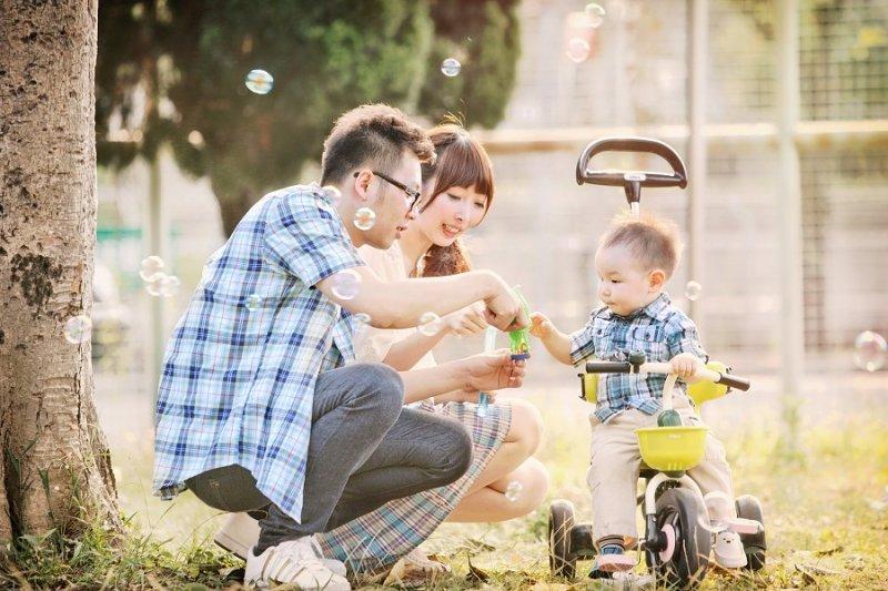 有別於傳統全家福,微糖時刻紀錄親子間自然互動的風格更受現代父母的喜愛。(圖/ Sweetmoment微糖時刻)