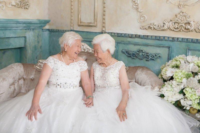 香榭大道時尚婚紗全家福展現每位家人的特色,圖為新人雙方奶奶攜手合照,歡慶成為親家。(圖/香榭大道時尚婚紗)
