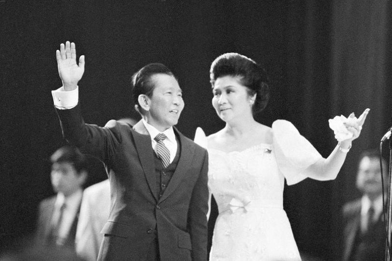 菲律賓前總統馬可仕(Ferdinand Marcos)(左)與其夫人伊美黛(Imelda Marcos)(右)1982年在洛杉磯體育館出席一場集會。(美聯社)