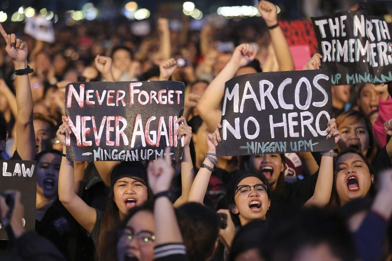 2016年11月25日,為了反對馬可仕下葬英雄墓園,菲律賓民眾上街遊行。(美聯社)