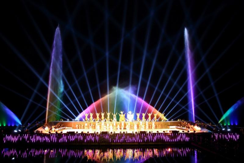 人水共舞的畫面,是山水實境秀的亮點之一(圖 / 擷取自紅面鴨Fun暑假官網)