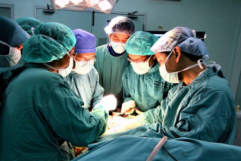 知名廣告導演盧建彰告訴女兒,要為醫護人員挺身而出。(圖/Phalinn Ooi@flickr)