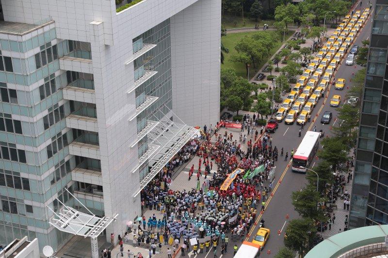 20170802-內湖科學園區廠商2日聯合舉行「我愛世大運,我愛內科,千人快閃活動」。(顏麟宇攝)