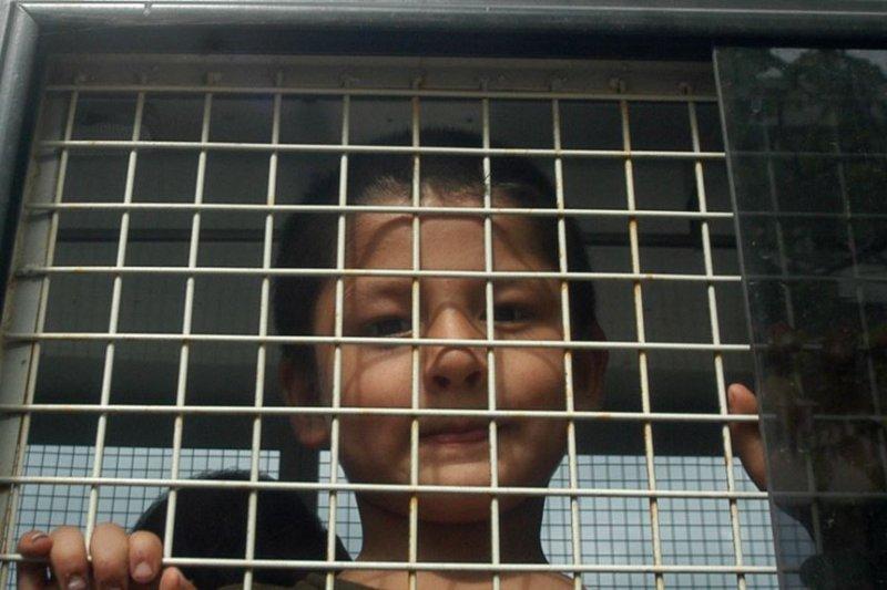 2014年,泰國警車中的維吾爾族男孩(AP)