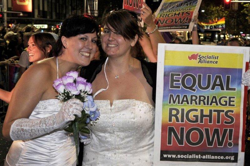 2011年3月,兩名女性穿上婚紗參與雪梨的同志大遊行,表達對同婚合法化的支持(AP)