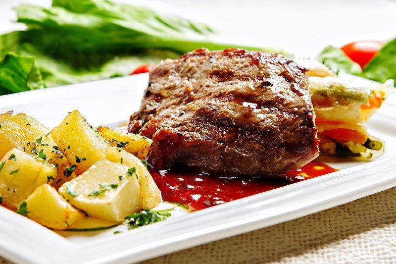 紅肉的飽和脂肪含量較高,例如牛肉、羊肉、豬肉等,需酌量飲食。(圖/Rosalinda222@pixabay)