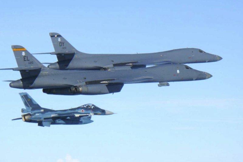 北韓試射「火星-14型」洲際彈道飛彈,美軍B-1B戰略轟炸機飛臨朝鮮半島威懾(AP)