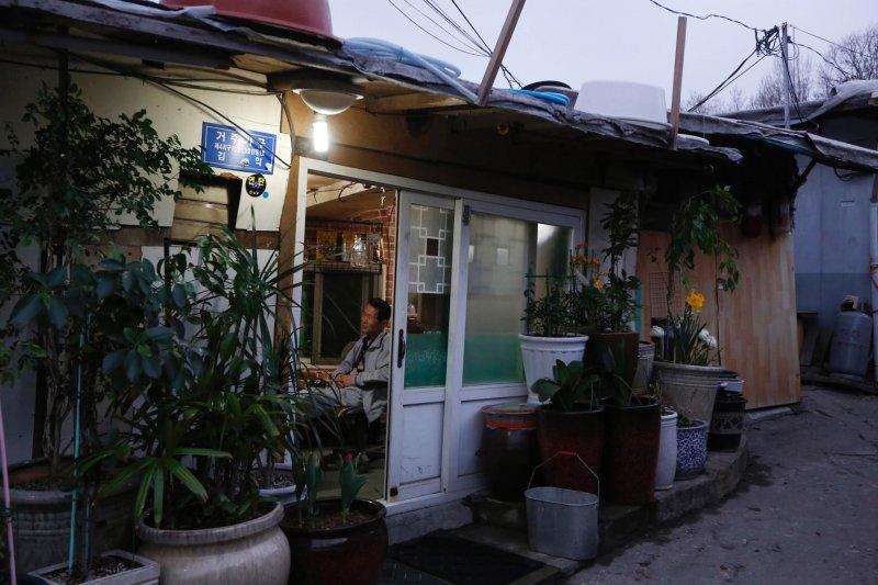 南韓首爾的九龍村與繁華的江南形成強烈對比。 (美聯社)