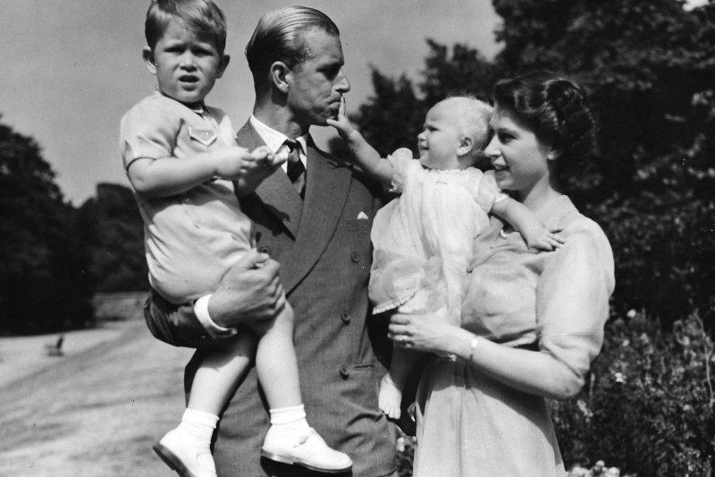 菲利普親王(左)與女王(右)年輕時的照片。(美聯社)