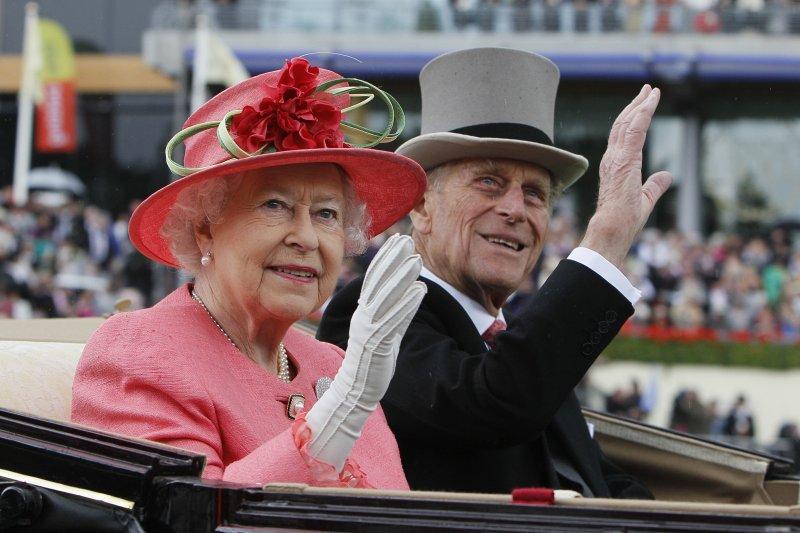 65年來菲利普親王一直守候在女王身邊。(美聯社)