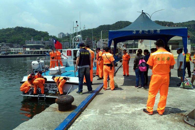 海巡隊巡防艇把大體帶回碼頭。(圖/海巡隊提供)