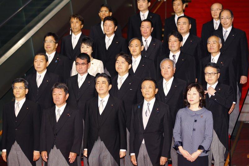 安倍新內閣8月3日正式上路。(美聯社)