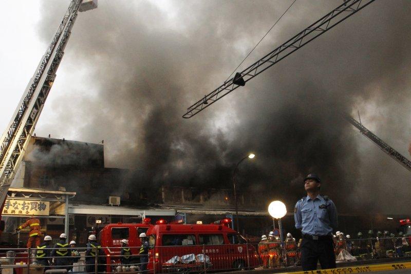 東京築地市場外場3日發生火災。(美聯社)