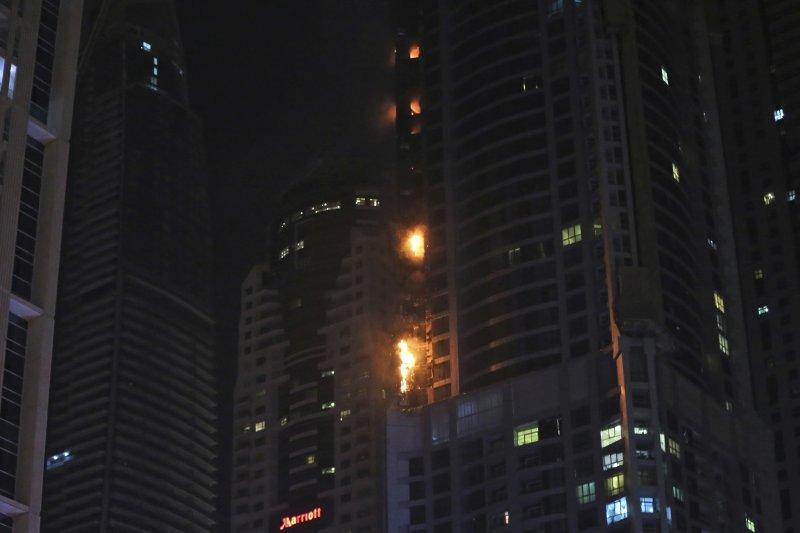 2017年8月4日,杜拜火炬塔(Dubai Torch Tower)發生大火(AP)