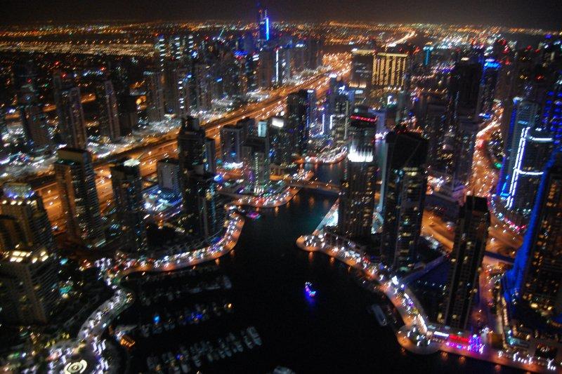 杜拜火炬塔(Dubai Torch Tower)的夜景(Jonathanrowley@Wikipedia / CC BY-SA 4.0)