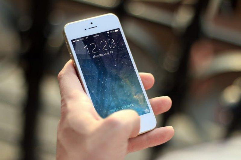 過去常以「省電」而受網友推崇的Apple iPhone優勢,已被稀釋(圖/Pixabay@pexels)