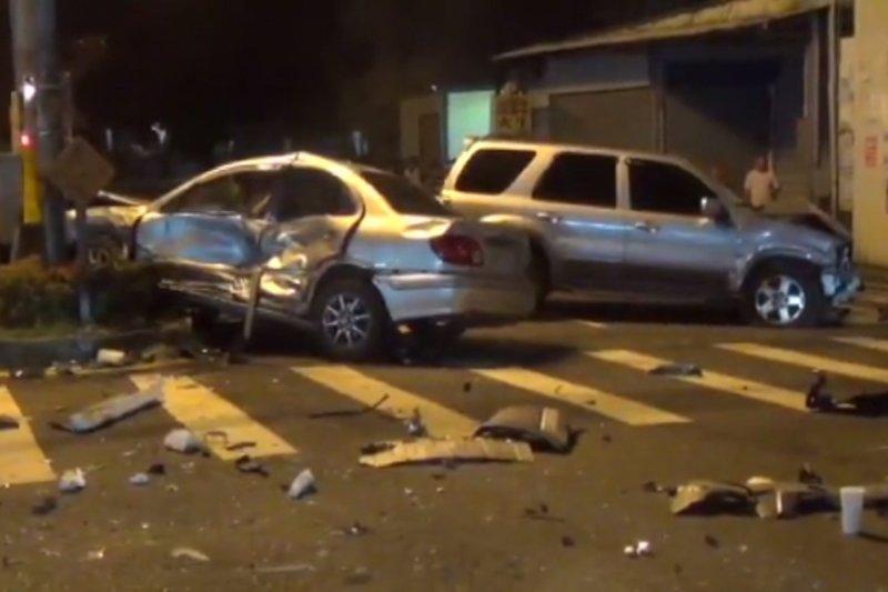 屏東萬丹鄉西環路、和平西路口4日晚間10點多發生嚴重車禍,造成3死2重傷,經過證實,死者為楊姓士官長及他的2名子女。(取自Youtube截圖)