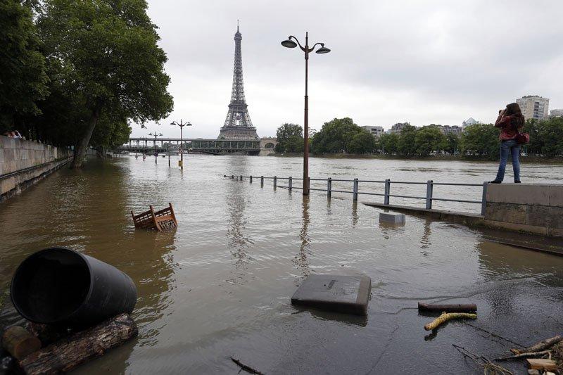 2016年6月,全球暖化造成法國巴黎豪雨,塞納河暴漲氾濫,影響到觀光收益。(AP)