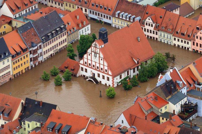 2013年,德國東部格里瑪(Grimma)因豪雨成災,美麗的小鎮泡在水裡,許多人認為這是極端氣候所致(AP)
