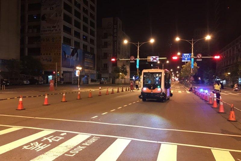 無人巴士1日到5日凌晨1時至4時在信義區封閉雙向公車專用道進行實驗專案測試。(台北市政府提供)
