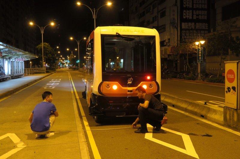 無人巴士進站時,會緩緩進站,相當符合人性化的設計。(台北市政府提供)