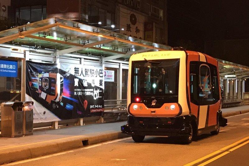 從法國引進的自動駕駛小巴士EZ10,北市府在信義區實驗5天後宣布成功,若能進一步配合交通號誌,並擬定相關法規,未來可望在北市街頭上路。(台北市政府提供)
