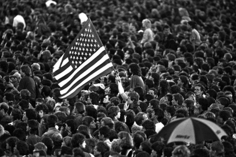 想像一下,這麼多東德歌迷一起高唱「生於美國」。(BBC中文網)