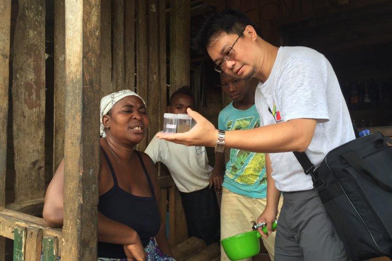 我國從2000年起就派員到聖國協助瘧疾防治。圖為台灣駐聖多美普林西比瘧疾防治顧問團成員蔡坤憲。(蔡坤憲提供)