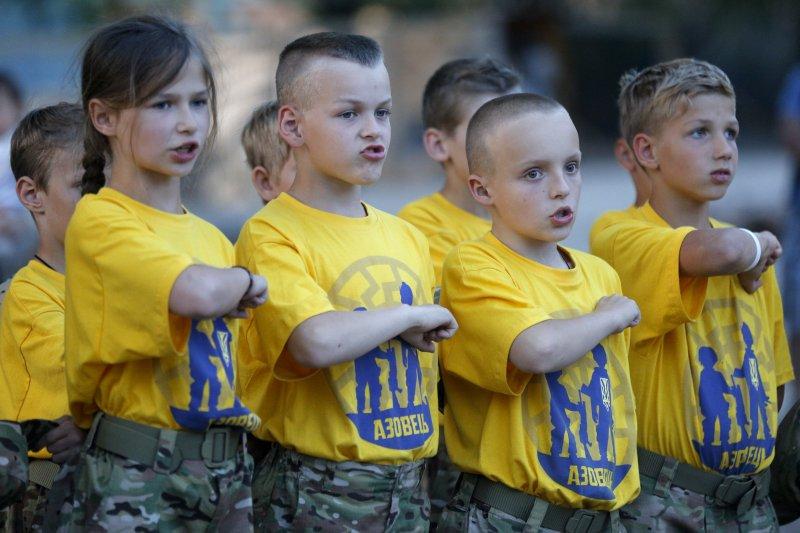 烏克蘭東部至今仍衝突不斷,許多家長決定把小孩送去接受軍事訓練(AP)
