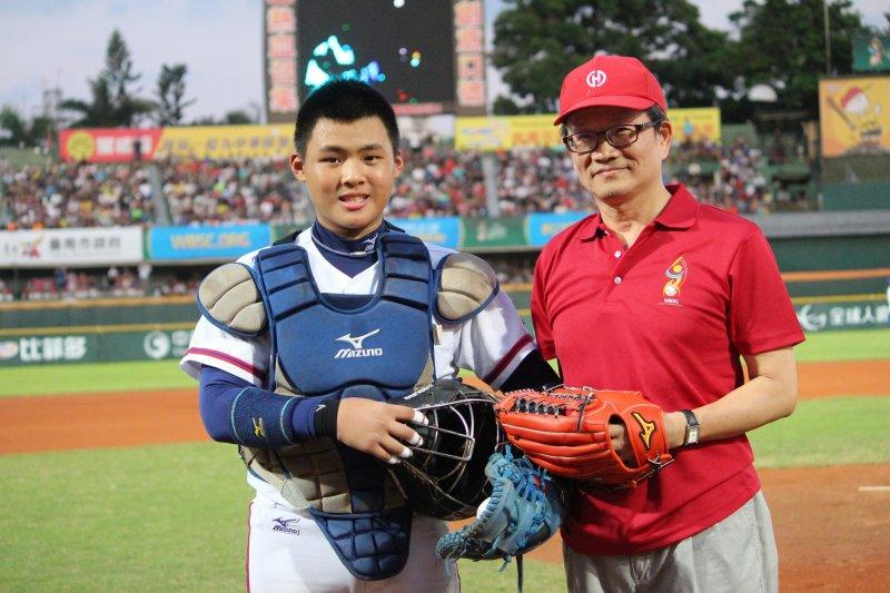 華南金控暨華南銀行董事長吳當傑(右)親赴臺南市立棒球場為中華隊加油,並擔任世界盃少棒冠軍賽開球貴賓。